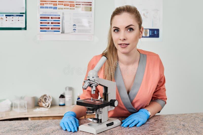 Doctor del veterinario con el microscopio fotografía de archivo