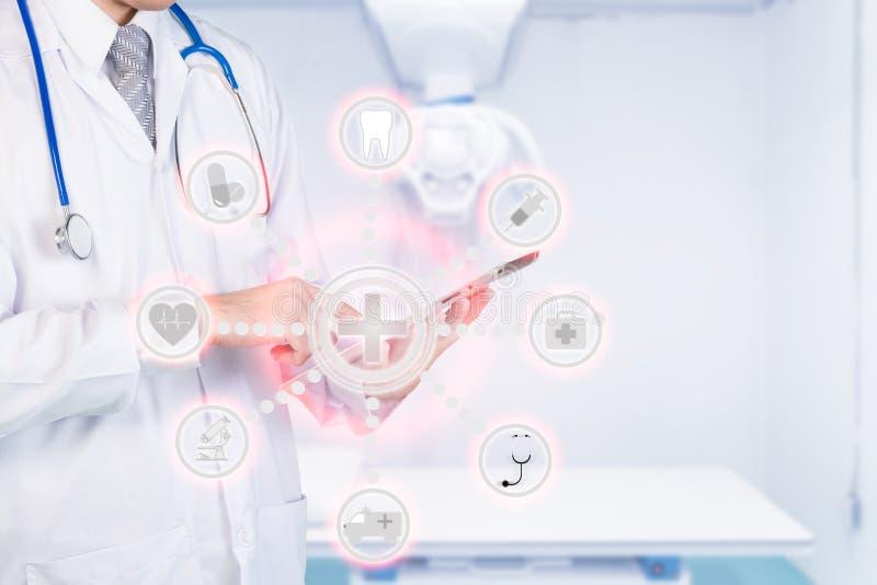Doctor elegante de la medicina que usa la automatización app en la tableta digital adentro imagen de archivo
