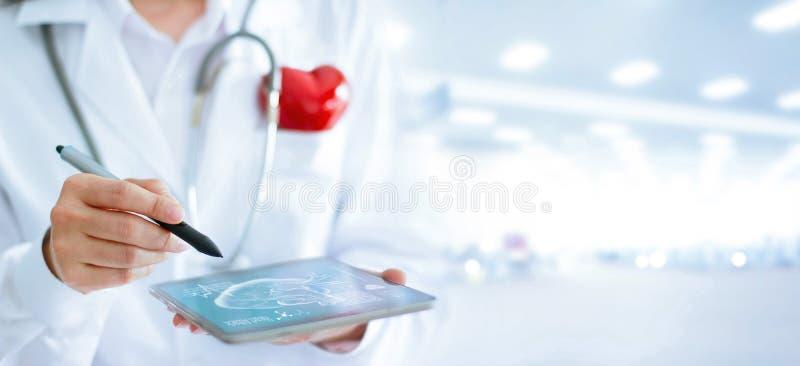 Doctor en cardiólogo con la tableta del usung del estetoscopio imágenes de archivo libres de regalías