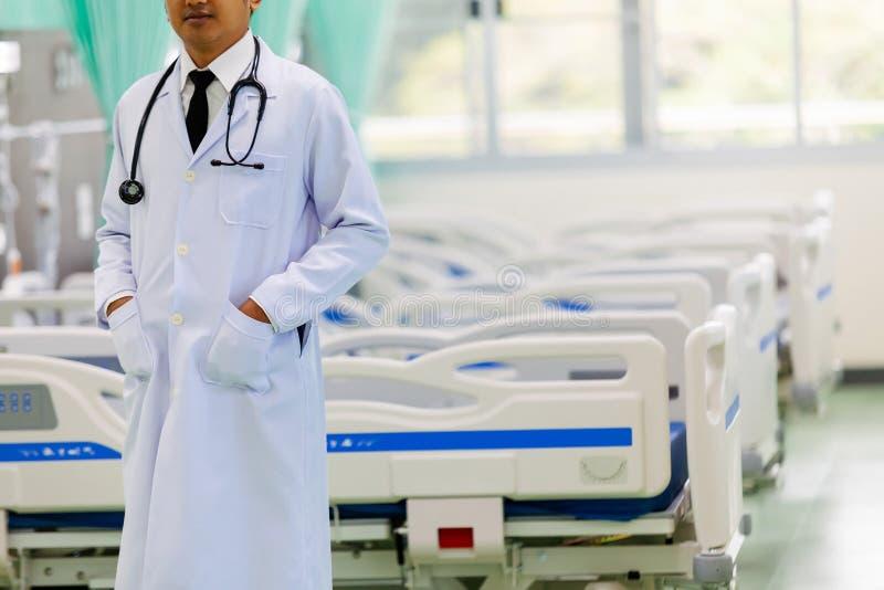 Doctor en el hospital que trabaja con la tableta, el concepto de h fotografía de archivo