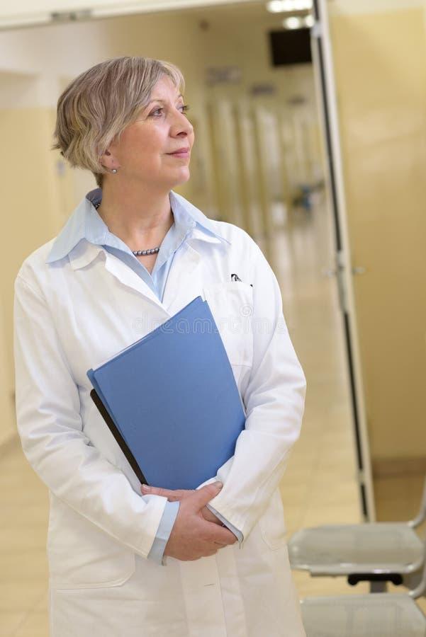 Doctor en hospital que mira afuera fotografía de archivo