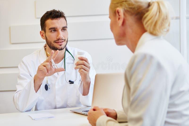 Doctor en la consulta fotos de archivo