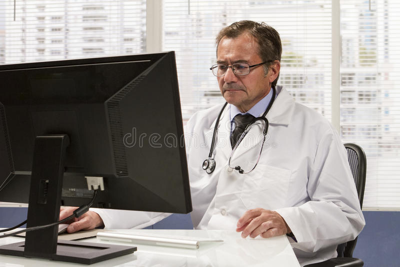 Doctor en oficina usando el ordenador, horizontal imagenes de archivo
