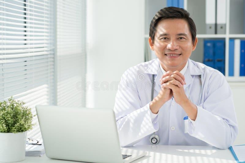 Doctor en su lugar de trabajo imágenes de archivo libres de regalías