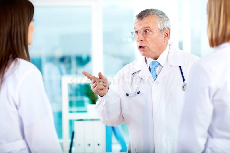 Doctor enfadado imagen de archivo libre de regalías