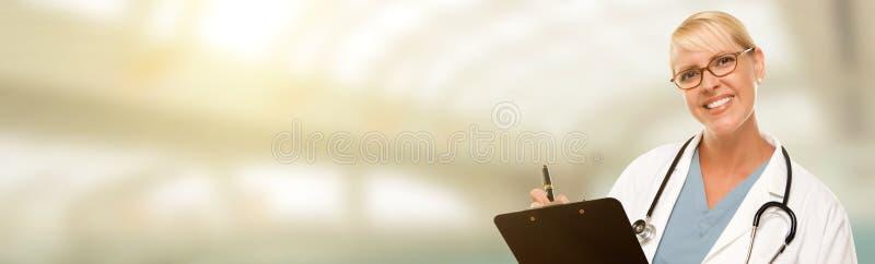 Doctor, enfermera o farmacéutico de sexo femenino blanca con el sitio para el texto imagen de archivo