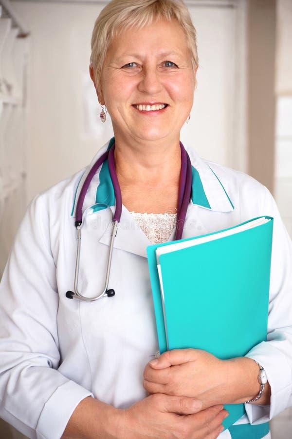 Doctor envejecido centro feliz de la mujer imagenes de archivo