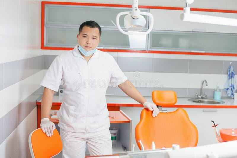 Doctor feliz del dentista en la clínica estomatológica imagen de archivo libre de regalías