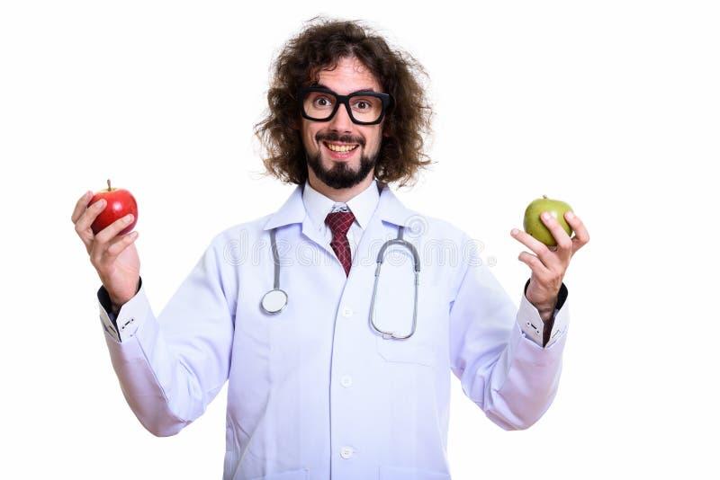 Doctor feliz del hombre que sonríe mientras que sostiene la manzana roja y la manzana verde fotos de archivo libres de regalías