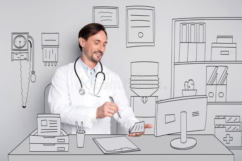 Doctor feliz sonriente que da la prescripción fotos de archivo