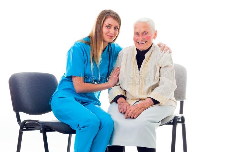 Doctor feliz y enlerly paciente que se reúnen mejor fotografía de archivo