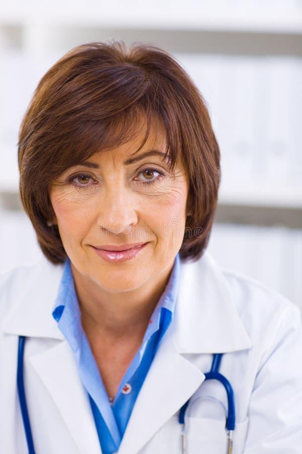doctor female senior στοκ εικόνα με δικαίωμα ελεύθερης χρήσης