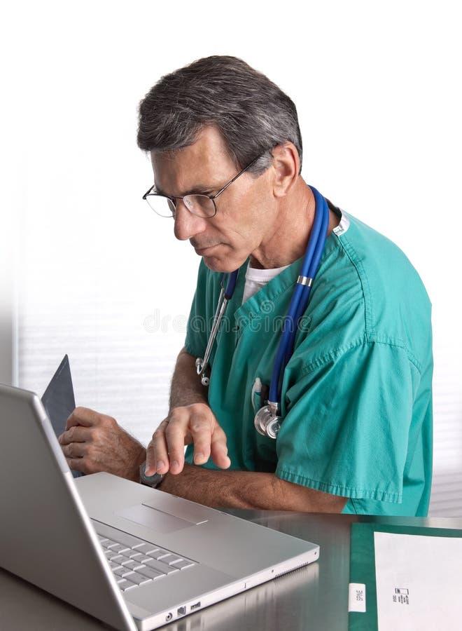 doctor hans bärbar datorworking arkivbild