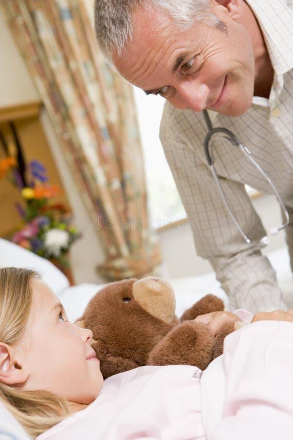 doctor hans tålmodig som talar till barn royaltyfri foto
