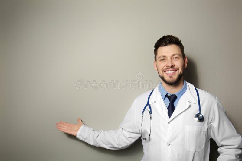 Doctor hermoso que se coloca en fondo fotos de archivo libres de regalías