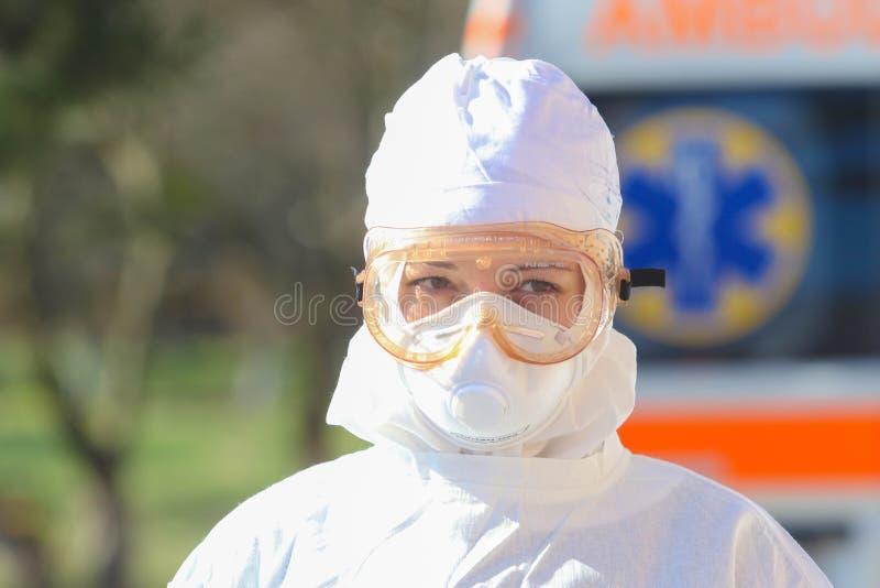 Doctor in het beschermende pak tijdens de aanval van het coronavirus COVID-19 in de namiddag royalty-vrije stock fotografie