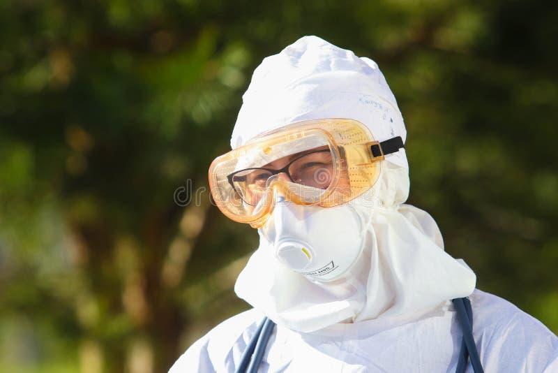 Doctor in het beschermende pak tijdens de aanval van het coronavirus COVID-19 in de namiddag stock afbeeldingen