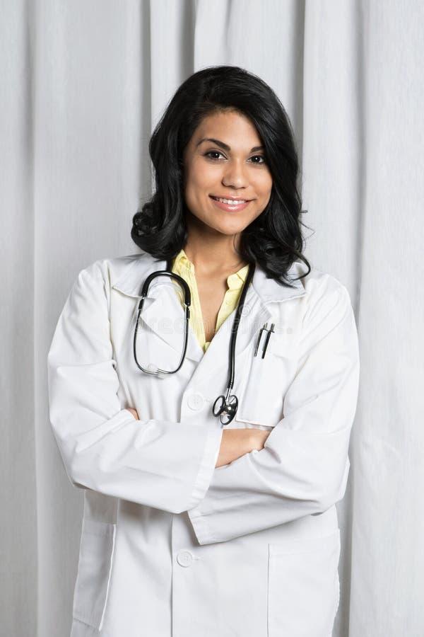 Doctor hispánico en un cuarto del examen foto de archivo libre de regalías
