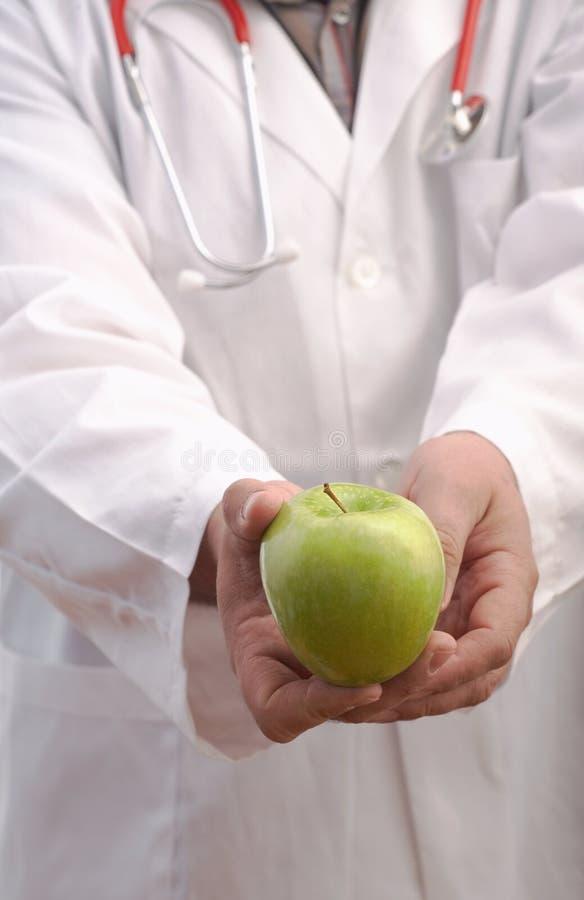 Doctor a Holding Apple fotos de archivo