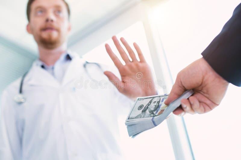 Doctor honesto que rechaza tomar un soborno imagen de archivo libre de regalías