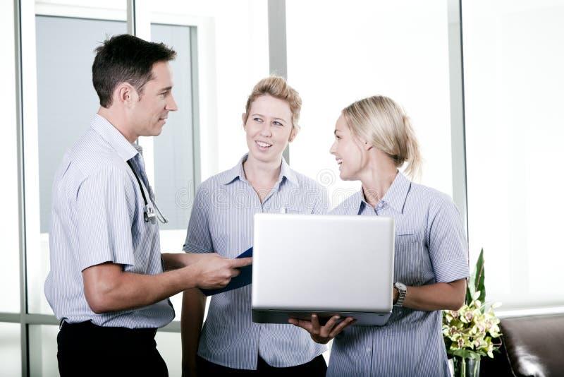 Doctor joven con dos enfermeras fotografía de archivo libre de regalías