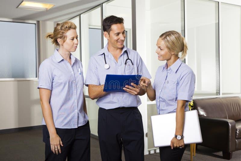 Doctor joven con dos enfermeras imágenes de archivo libres de regalías