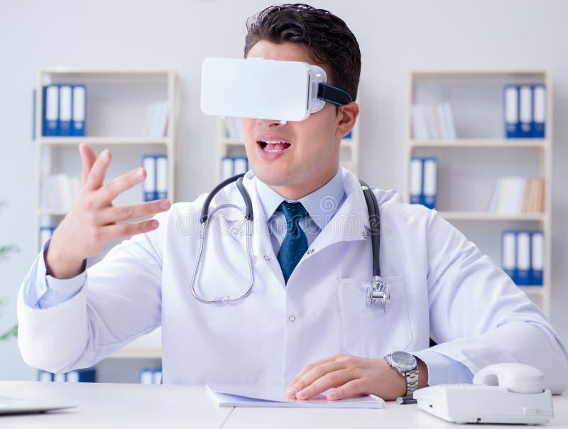 Doctor joven con las auriculares de la realidad virtual del vr que trabajan en el offi libre illustration