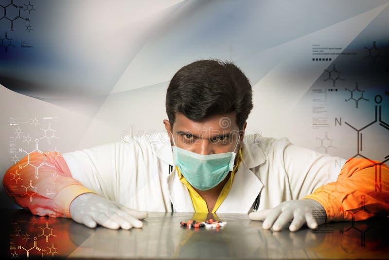 Doctor joven con las cápsulas fotos de archivo libres de regalías
