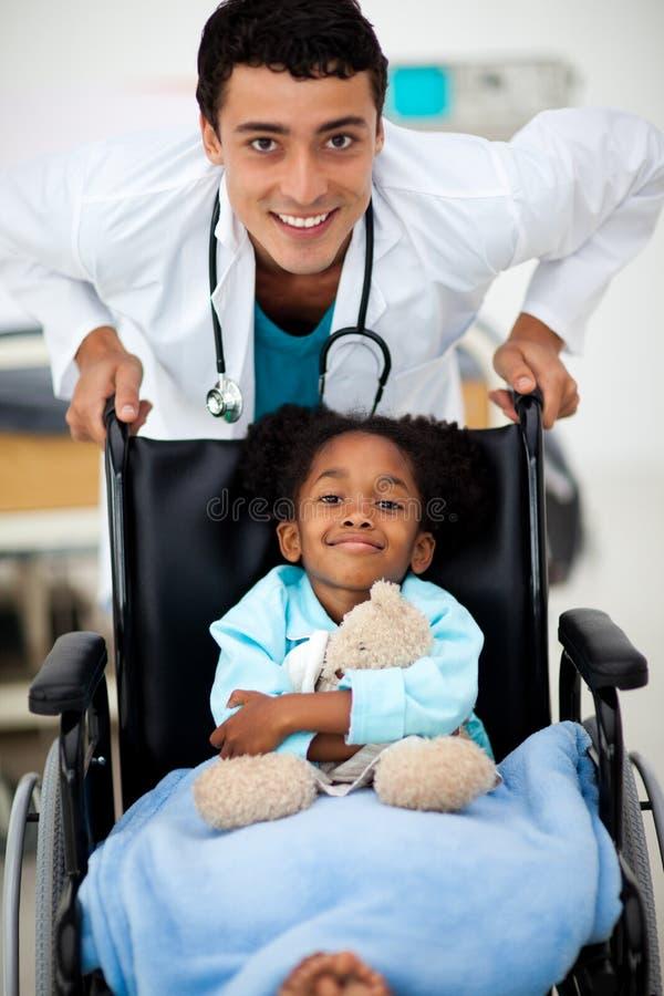 Doctor joven con un niño enfermo