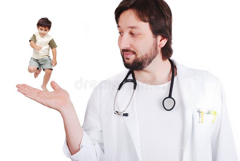 Doctor joven con un niño pequeño imagen de archivo