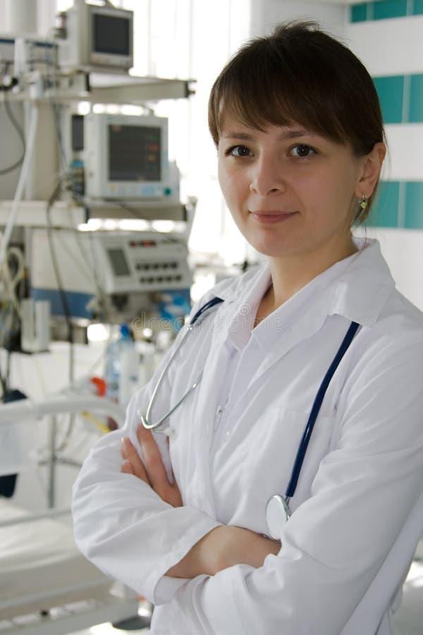 Doctor joven en ICU imagen de archivo libre de regalías