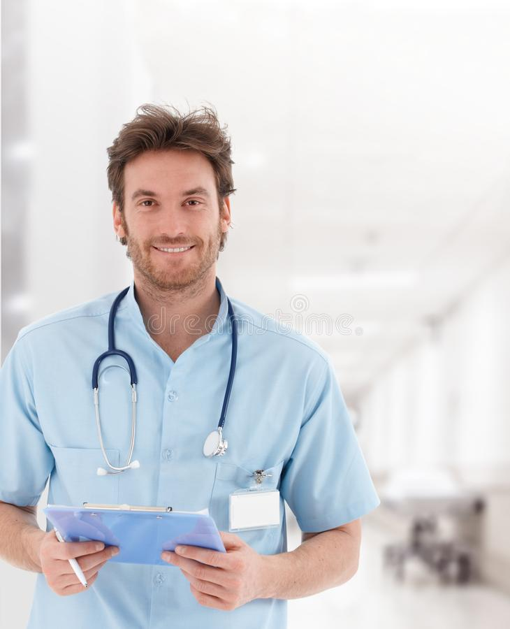 Doctor joven hermoso en el pasillo del hospital foto de archivo libre de regalías