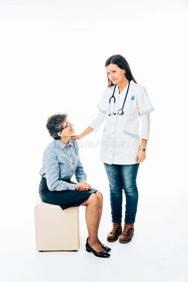 Doctor joven que da consejo al paciente mayor imágenes de archivo libres de regalías