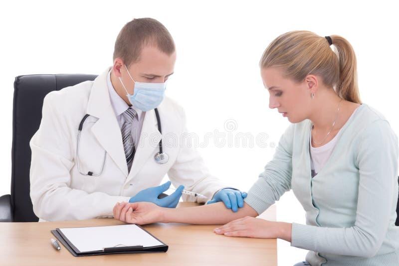 Doctor joven que hace el paciente una inyección aislada en blanco fotos de archivo libres de regalías