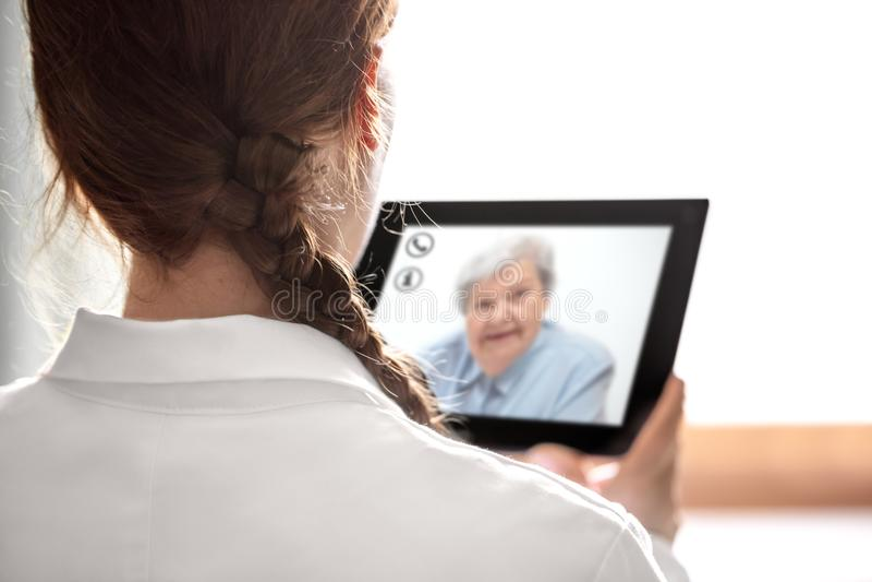 doctorkonsultacja z telemedicine lub telehealth, starsze osoby zdjęcie royalty free
