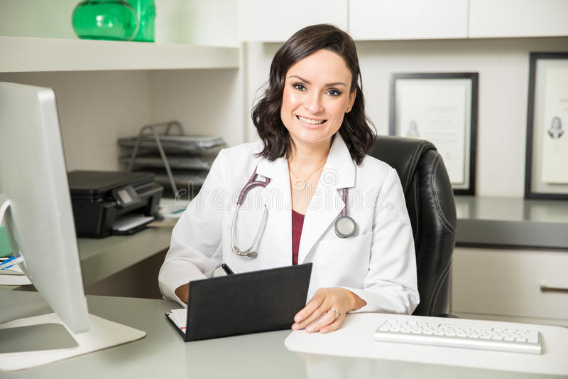 Doctor lindo que prescribe una cierta medicina fotografía de archivo