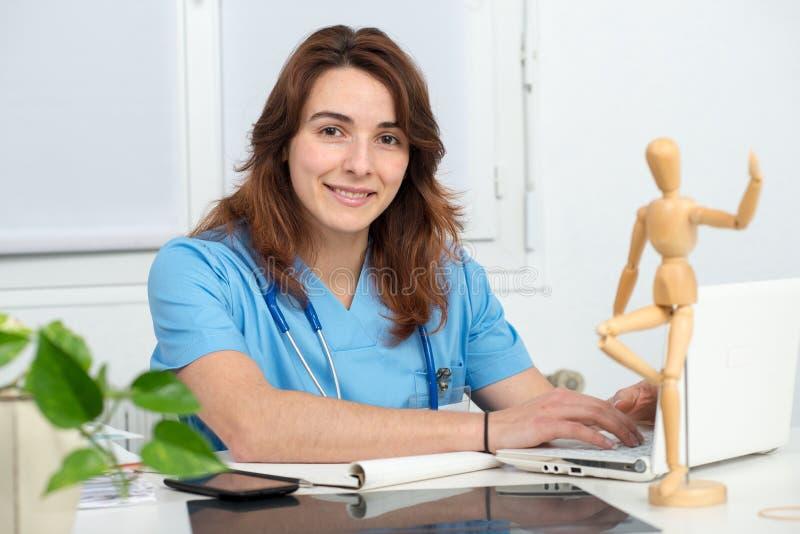 Doctor médico de la mujer que trabaja con el ordenador portátil imagen de archivo libre de regalías