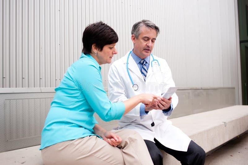 Doctor maduro con el paciente femenino fotografía de archivo libre de regalías