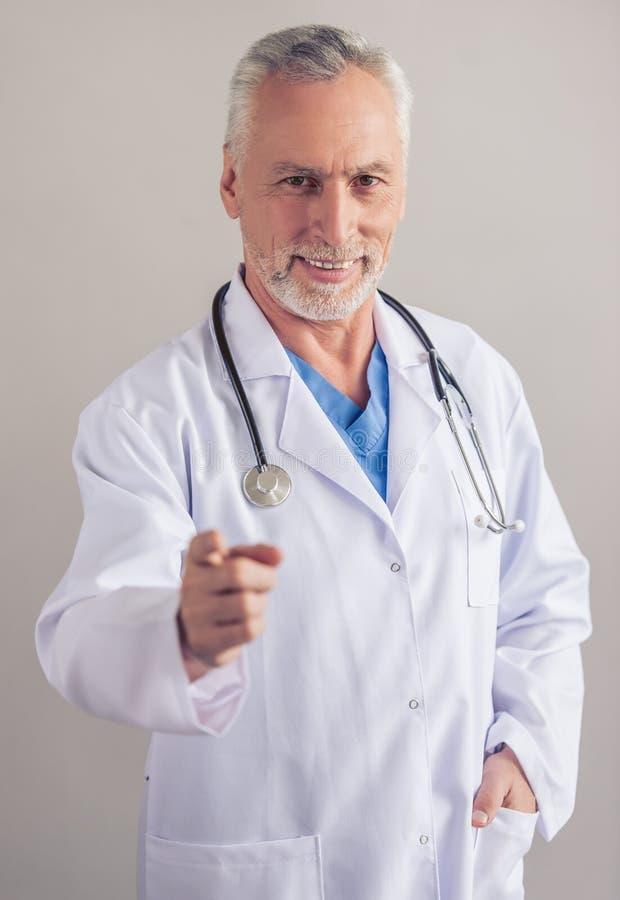 Doctor maduro hermoso imagen de archivo libre de regalías