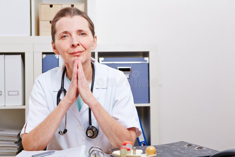 Doctor mayor atento en ella fotos de archivo libres de regalías