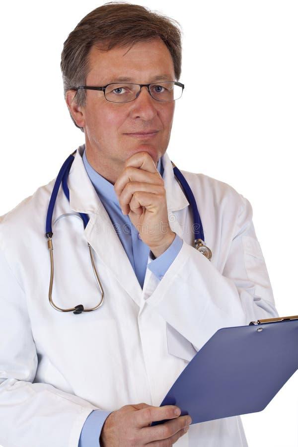 Doctor mayor cómodo con informe médico imagenes de archivo