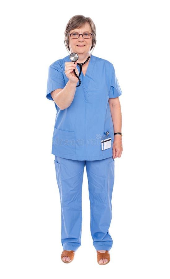 Doctor mayor de la señora que presenta con el estetoscopio fotos de archivo libres de regalías