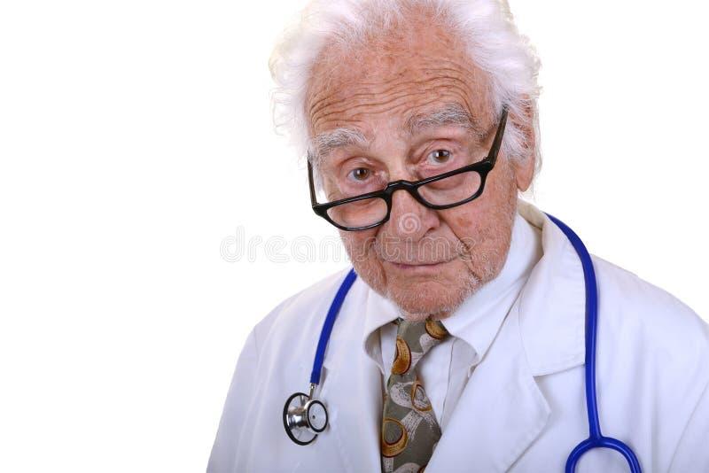 Doctor mayor en los vidrios que miran en cámara foto de archivo libre de regalías