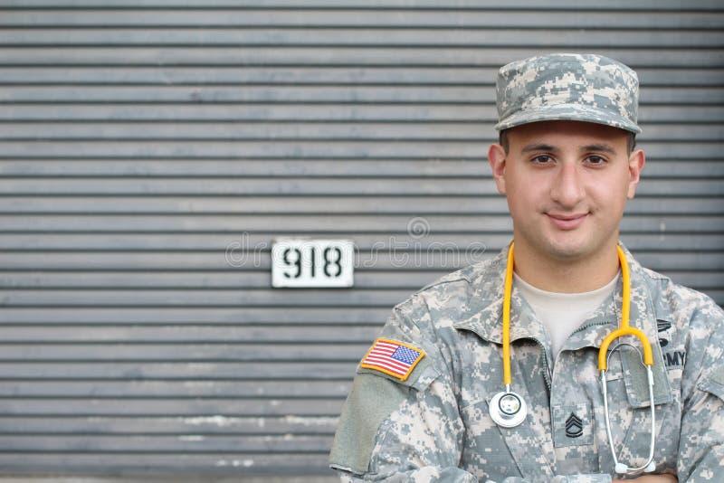 Doctor militar joven amistoso en uniforme fotos de archivo
