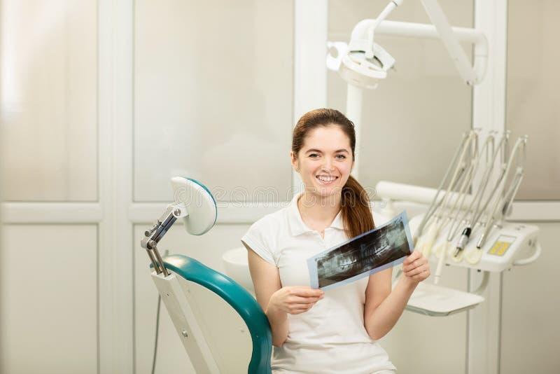 Doctor o dentista de sexo femenino que mira la radiograf?a Concepto de la atenci?n sanitaria, m?dico y de la radiolog?a fotografía de archivo libre de regalías