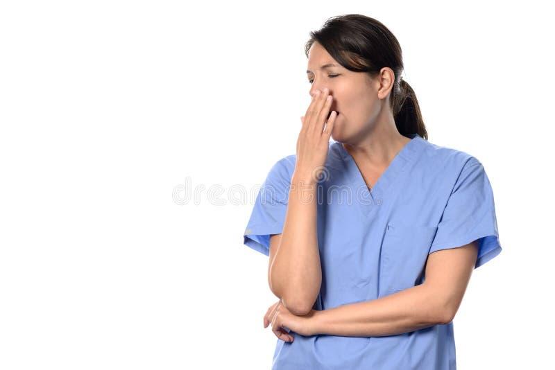 Doctor o enfermera agotado que se coloca de bostezo imágenes de archivo libres de regalías