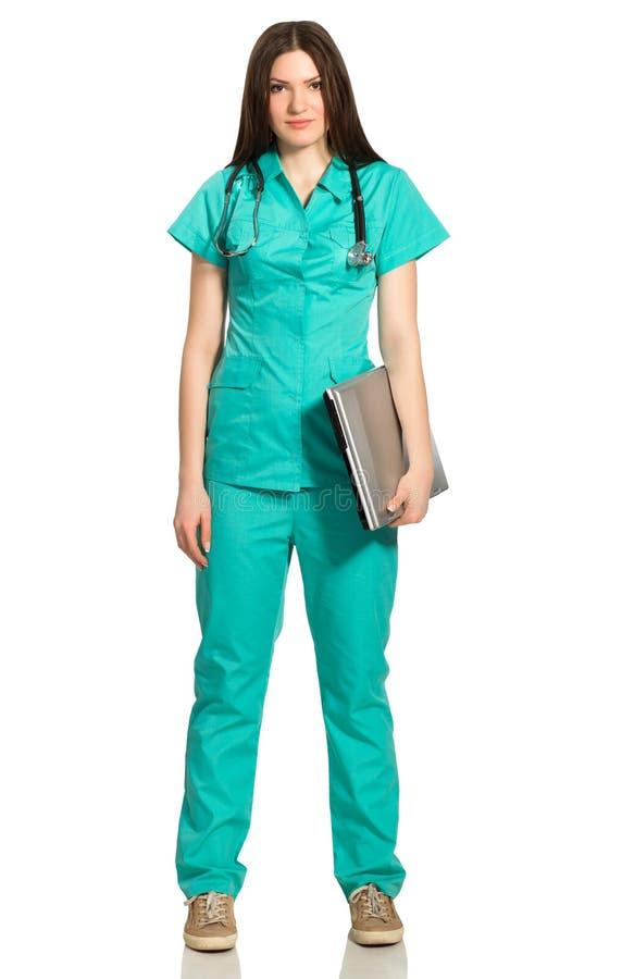 Doctor o enfermera de la mujer joven con el ordenador portátil imagen de archivo libre de regalías