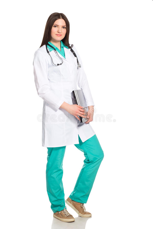Doctor o enfermera de la mujer joven con el ordenador portátil imagen de archivo