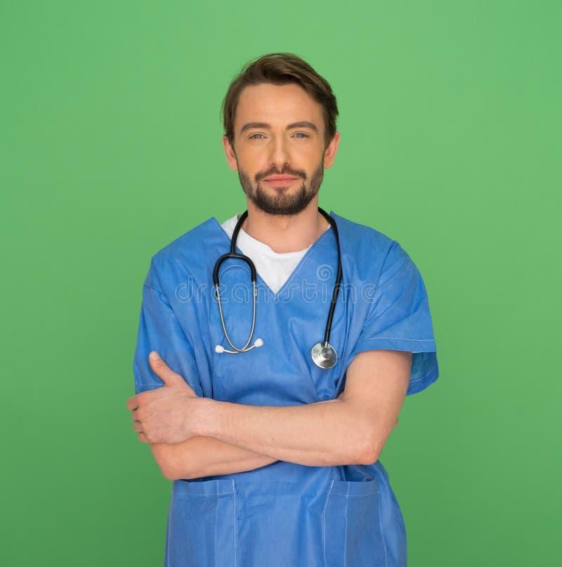 Doctor o enfermera de sexo masculino joven amistoso confiado foto de archivo