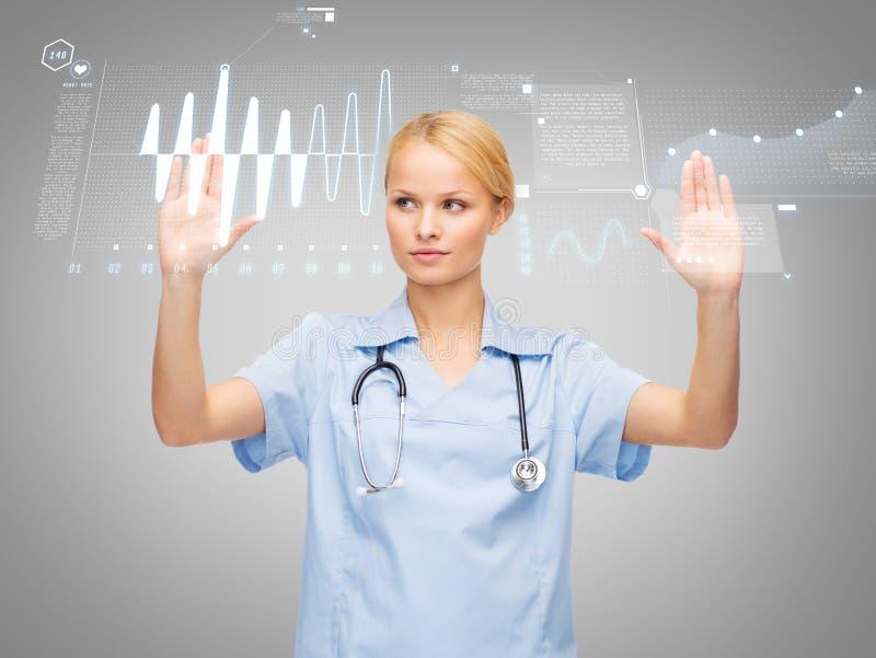 Doctor o enfermera que trabaja con la pantalla virtual fotos de archivo